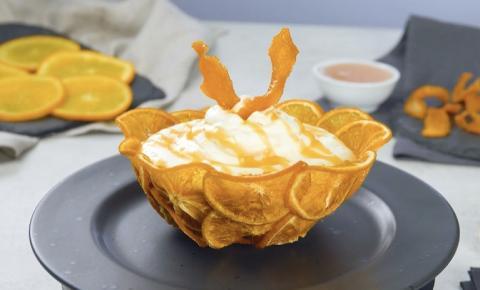 Mousse de laranja em uma tigela deliciosamente bonita