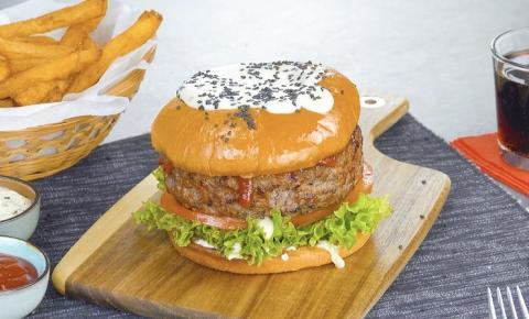 Hambúrguer de fondue com queijo Raclette e batata frita caseira