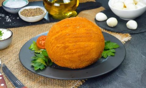 Batatas empanadas recheadas com almôndegas e muçarela