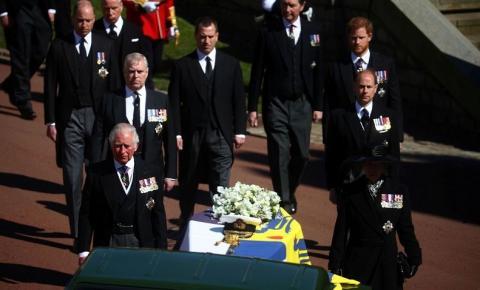 Rainha Elizabeth fica sozinha enquanto príncipe Philip é sepultado