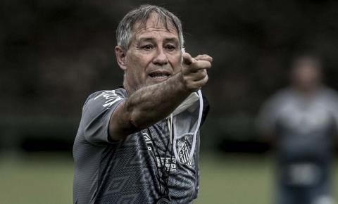 Após 2 meses no cargo, técnico Ariel Holan pede demissão do Santos