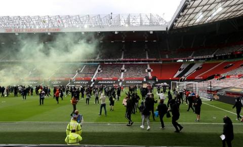 Manchester United e Liverpool é adiado após invasão de torcedores
