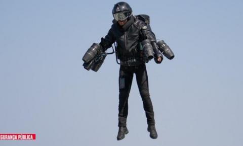Polícia britânica faz teste com traje voador para combater o crime