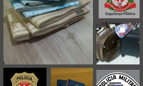 """Policiais prendem indivíduos, após crime de """"golpe do cartão"""""""
