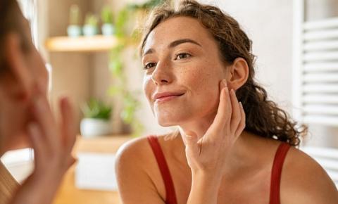 Ácido Hialurônico na limpeza facial: dermatologista explica os benefícios