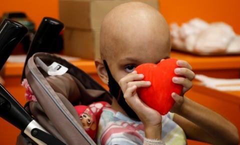Oficina de pintura em gesso e distribuição de naninha marcam início da semana das crianças na Oncologia Pediátrica do HCM