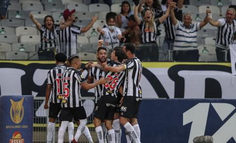 Atlético-MG vence Santos de virada e mantém vantagem no Brasileiro