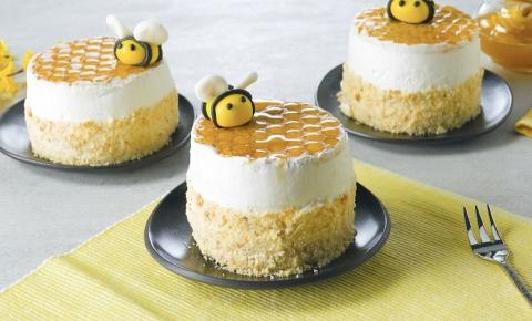 Docinhos lindos de mel com creme de mascarpone e biscoito em forma de favo