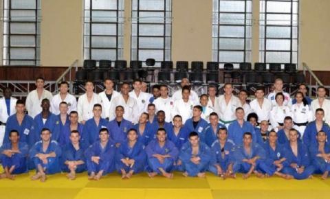 Judocas da seleção ministram clínica para militares do Exército na Academia Militar das Agulhas Negras