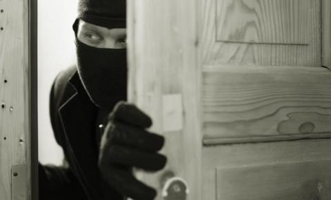 Bandidos invadem chácara e assaltam moradores em Araçatuba