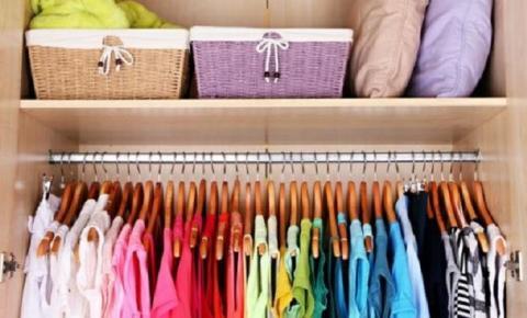 Como manter o guarda roupa organizado