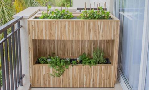 Arquitetas criam caixa de flores para esconder o ar-condicionado