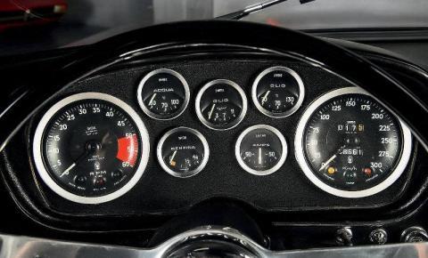 Por que o nível de combustível não é mostrado em litros?