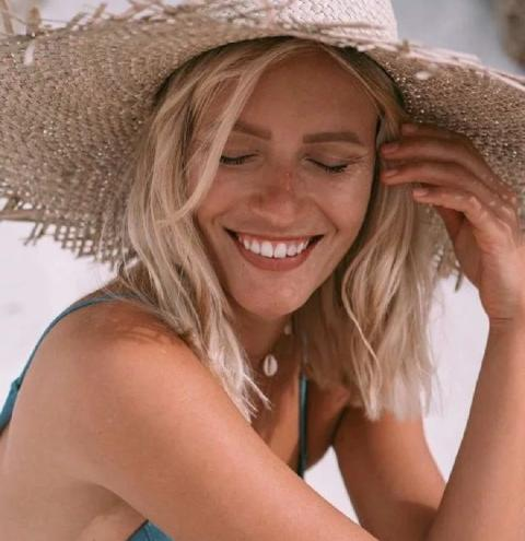 Como cuidar do cabelo loiro na praia: 4 dicas para manter os fios saudáveis no verão