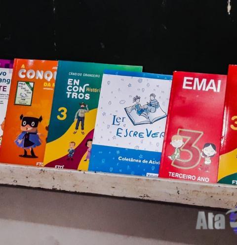 Alunos da EMEFI de Salmourão recebem livros didáticos para 2019