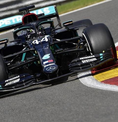 Hamilton supera Red Bull e conquista pole de número 99 na carreira